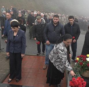 Тысяча жителей Южной Осетии принесли цветы к памятнику жертв Зарской трагедии