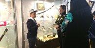 Юный гид проводит экскурсию для гостей музея.