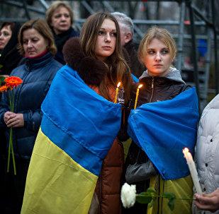 Участница акции во время проведения траурных мероприятий в День памяти жертв Голодомора