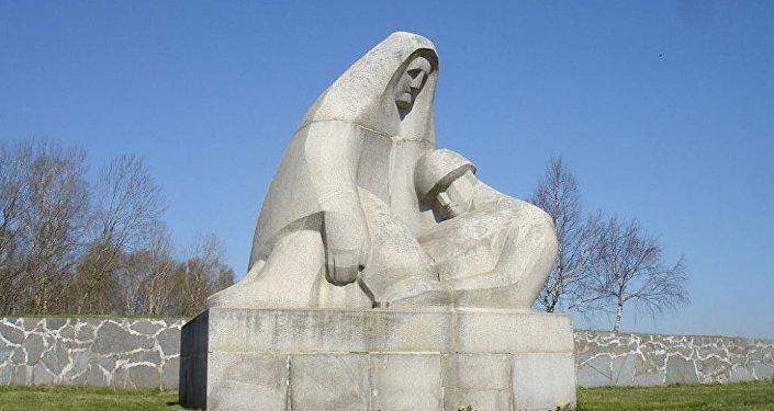 Мемориал на братском кладбище в Латвии