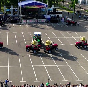 Тракторный балет в честь дня рождения завода в Минске