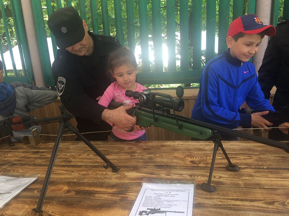 Сотрудники МВД показывают как разбирать и собирать оружие