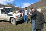 Сотрудники МККК оказывают помощь местным жителям