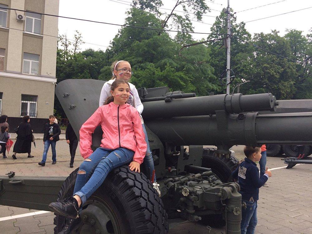 Исследовать военные машины пожелали не только мальчики, но и девочки.