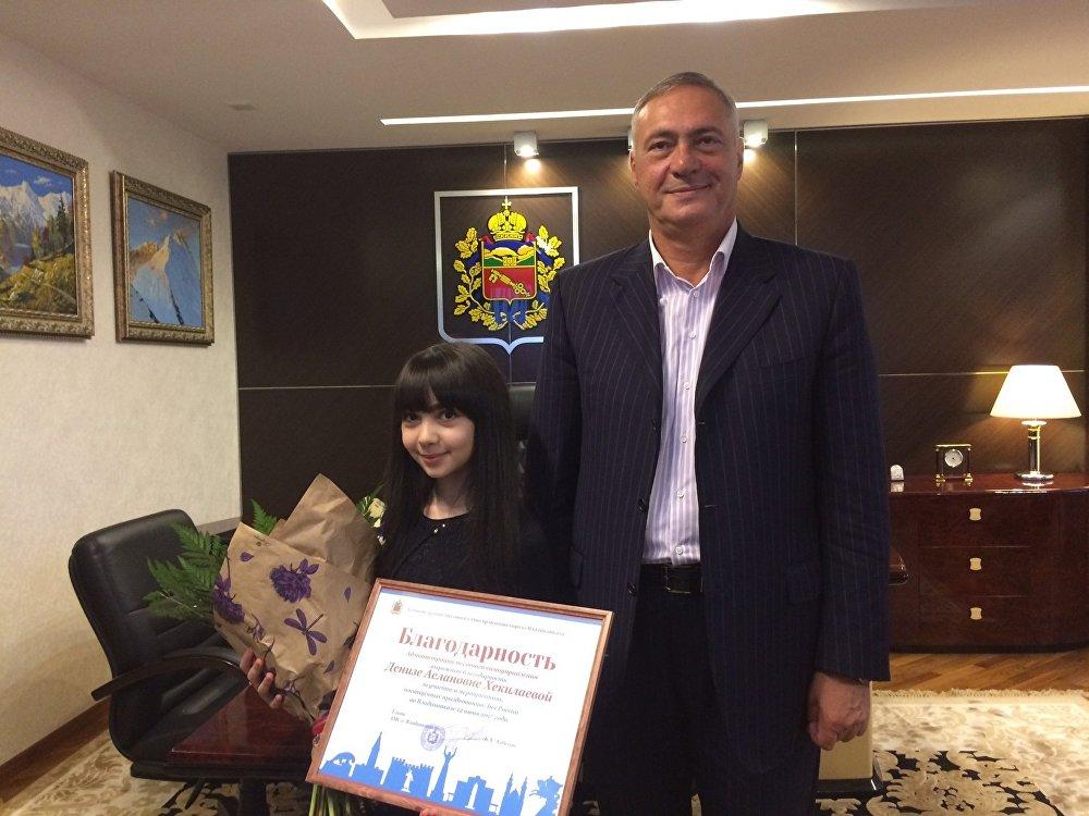 Борис Албегов подарил юной певице благодарственное письмо и книгу с историей осетин.