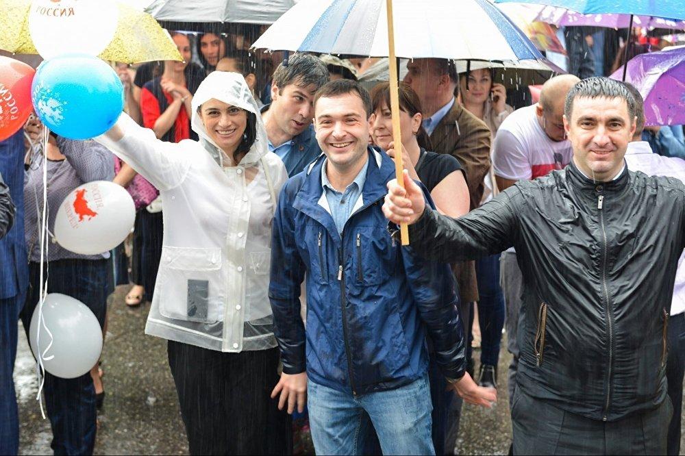 В митинге в честь Дня России приняли участие члены общественных и религиозных организаций, учащейся молодежи, политических партий.