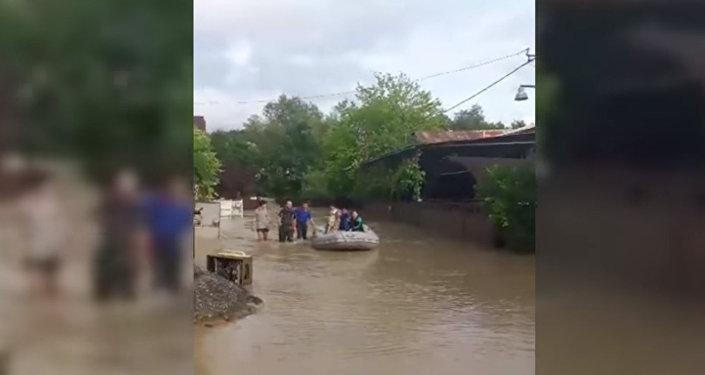 Жители улицы Чанба спасались от потопа на лодках МЧС