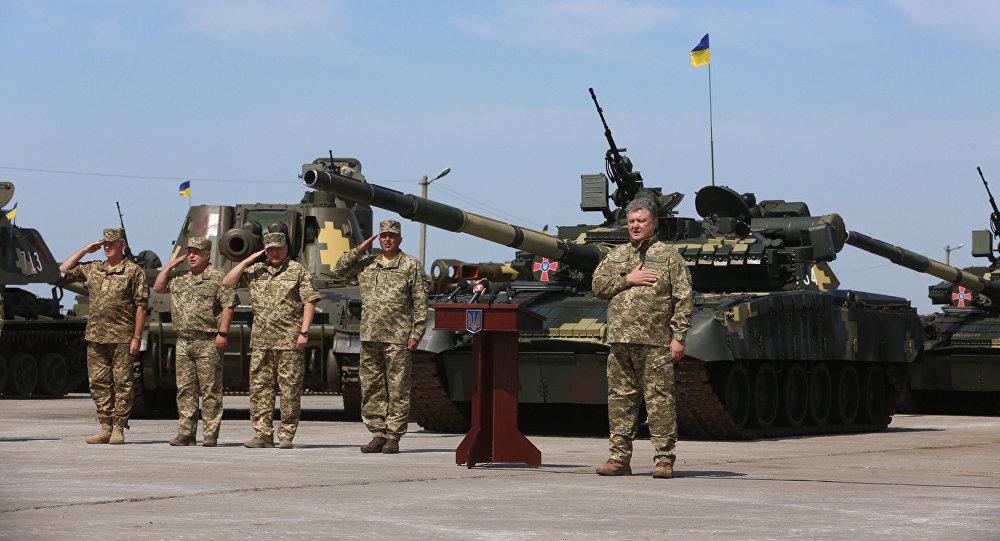 Президент Украины Петр Порошенко выступает перед ВСУ