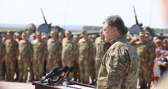 Президент Украины Петр Порошенко выступает перед личным составом ВСУ