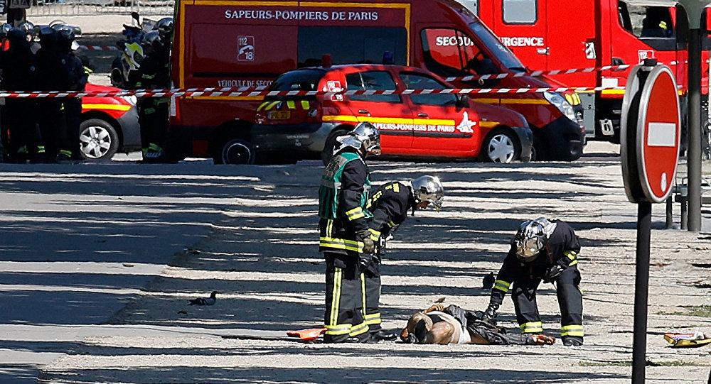 Атаковавший жандармов встолице франции скончался, вмашине был автомат Калашникова