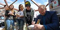Ведущий программы Умники и умницы Юрий Вяземский раздает автографы