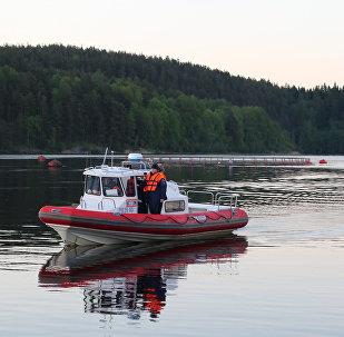 ЧП с перевернувшейся лодкой с подростками на Ладожском озере