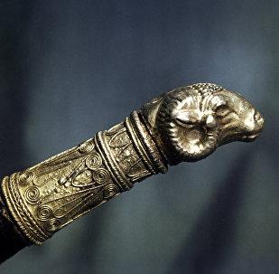 Золотой наконечник малого ритона в форме головы овна