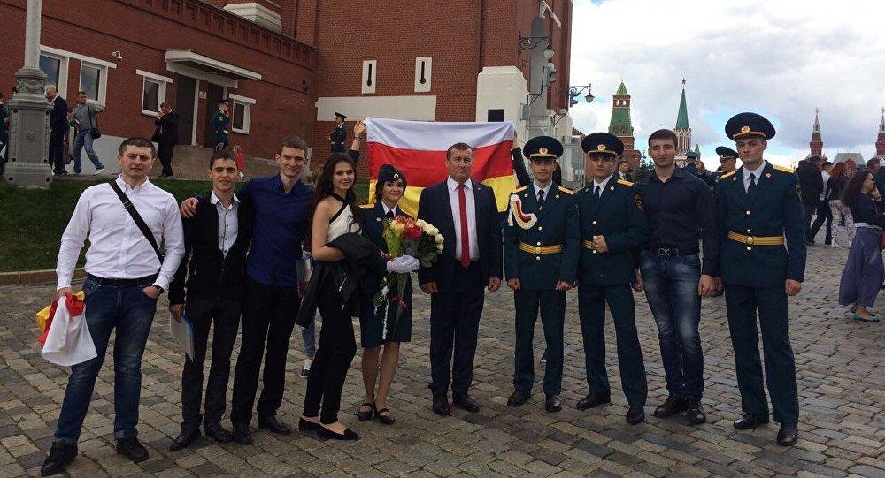 Глава МЧС Южной Осетии и студенты российских вузов на Красной площади