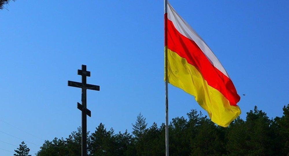 Крест и флаг на окраине Цхинвала
