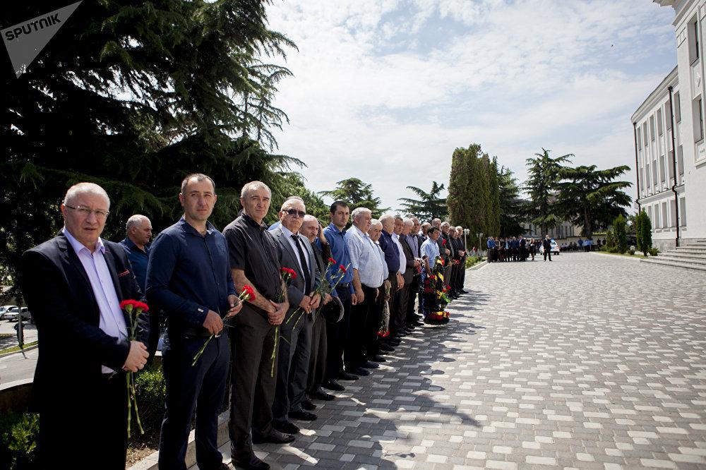 Прощание с великим писателем и ученым прошло в Парламенте Южной Осетии.