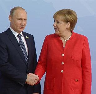 Путин и Меркель обменялись рукопожатием на встрече участников G20