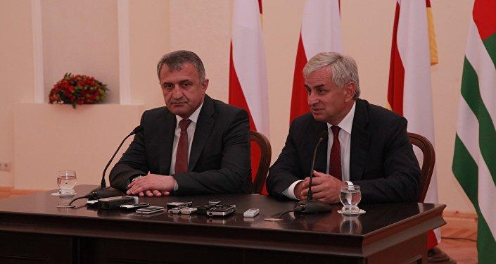 Президенты Южной Осетии и Абхазии Анатолий Бибилов и Рауль Хаджимба