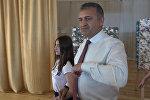 Президент Южной Осетии станцевал с детьми из Донецка