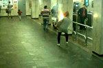 У пассажирки метро в Минске взорвался рюкзак: кадры с камеры наблюдения