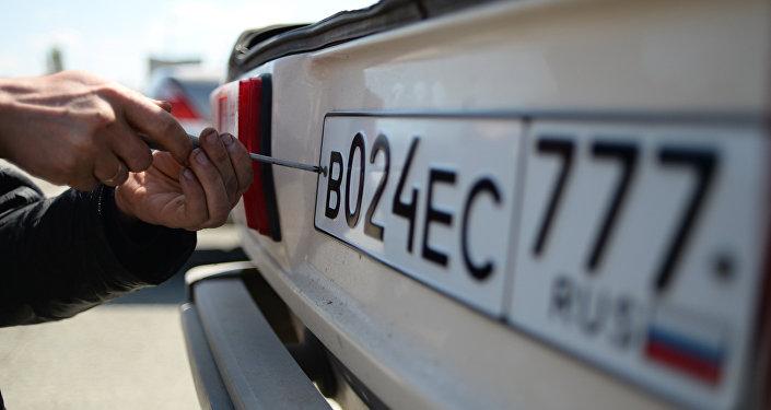Выдача новых номерных знаков в Симферополе