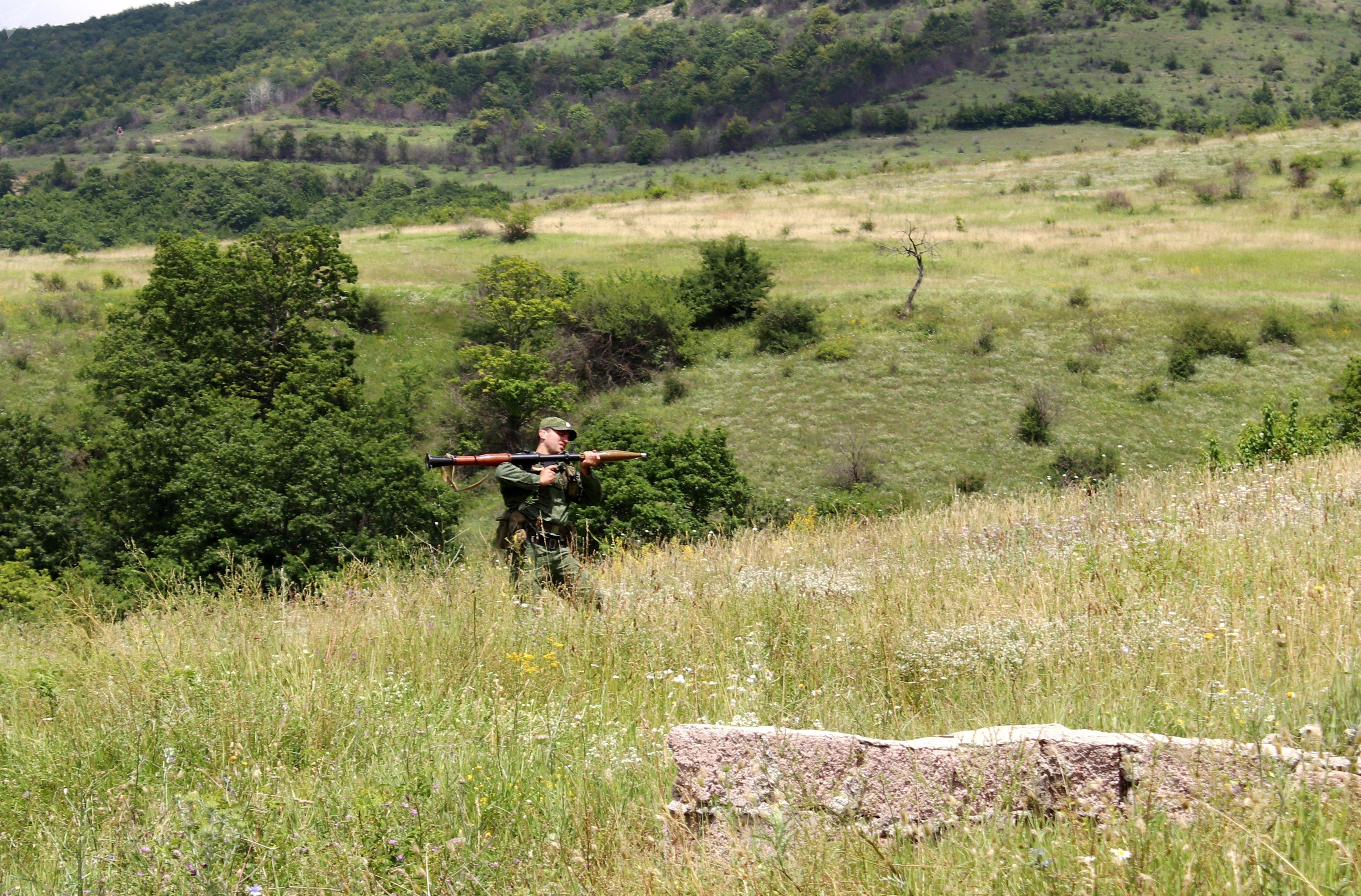 В Вооруженных силах РЮО отрабатываются боевые стрельбы в составе отделений