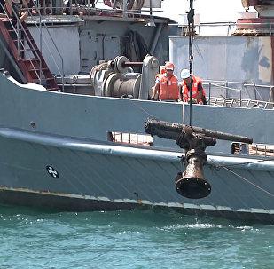 Российские моряки подняли пушку с корабля времен войны