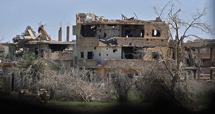 Разрушенное здание в сирийском городе Дейр-эз-Зор