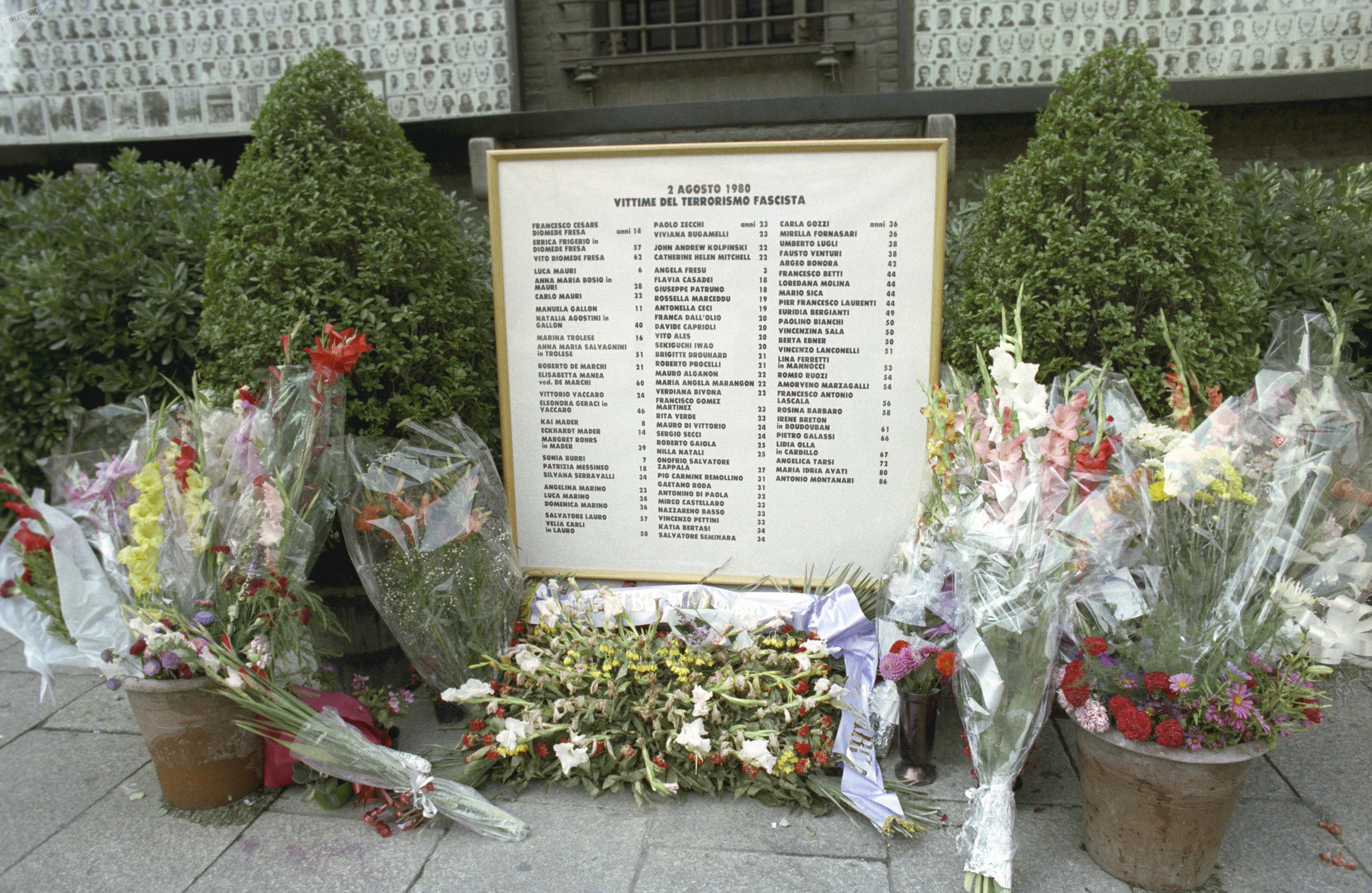 Мемориальная доска в память о жертвах теракта 2 августа 1980 года в Риме