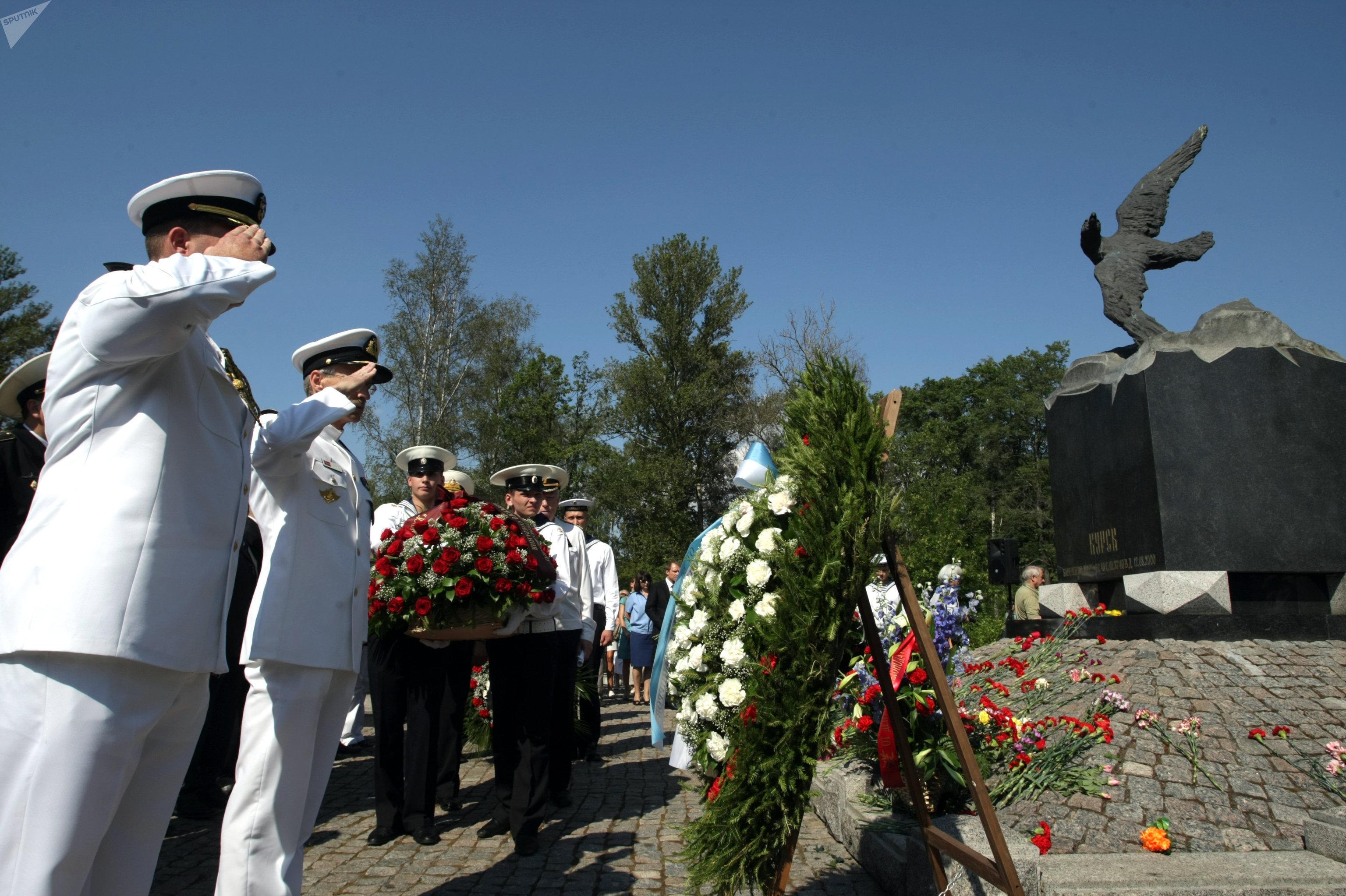 Военнослужащие у воинского мемориала в память гибели экипажа атомной подводной лодки Курск