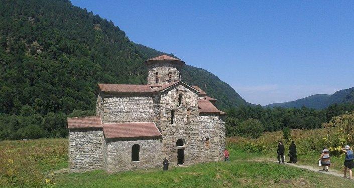 Паломники из Южной Осетии в Аланском храме в КЧР