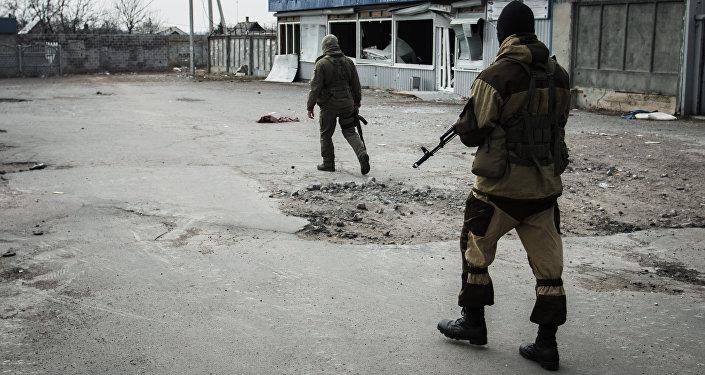 Ополченцы Донецкой народной республики патрулируют улицы Донецкой области