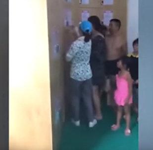 Родители заперли ребенка в ящике для вещей