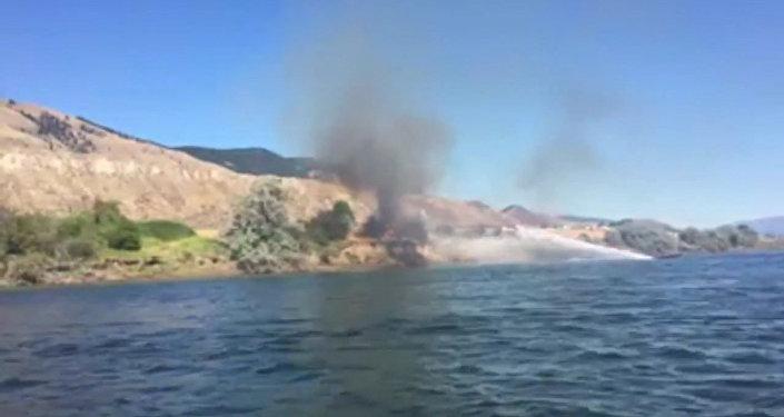 В Канаде мужчина помогал тушить пожар при помощи водного мотоцикла