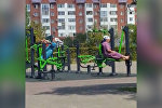 Две бабушки-апашки в Астане занимались на тренажерах в парке в Астане