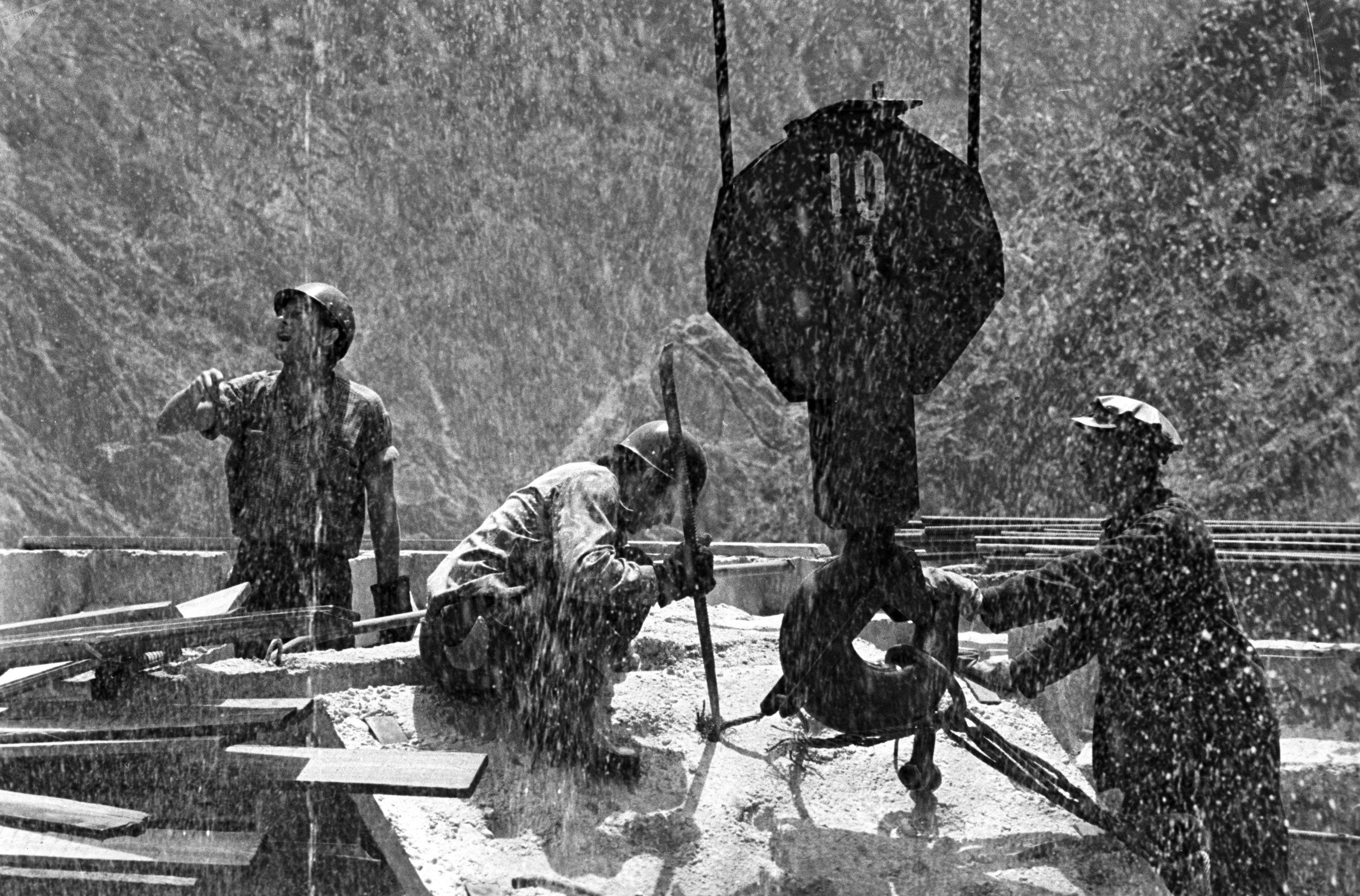 Строители Токтогульской ГЭС работают под проливным дождём