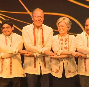 Дипломаты в национальных филиппинских рубашках на гала-ужине в Маниле