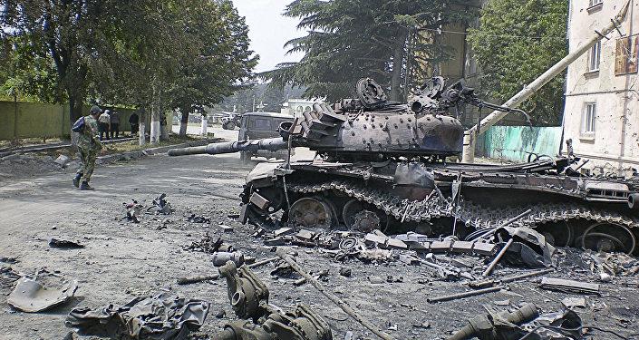 Разбитая боевая техника в городе Цхинвале, подвергшемся нападению грузинских войск