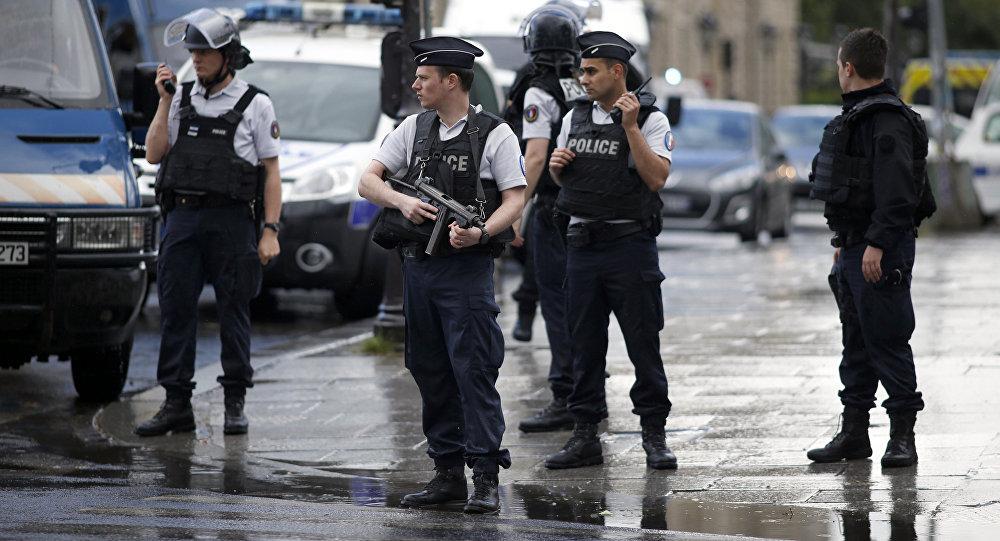 Французская полиция возле собора Нотр-Дам в Париже, Франция.