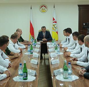 Анатолий Бибилов встретился с выпускниками российских военных учебных заведений
