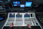 Звукорежиссер в аппаратной нового телевизионного комплекса