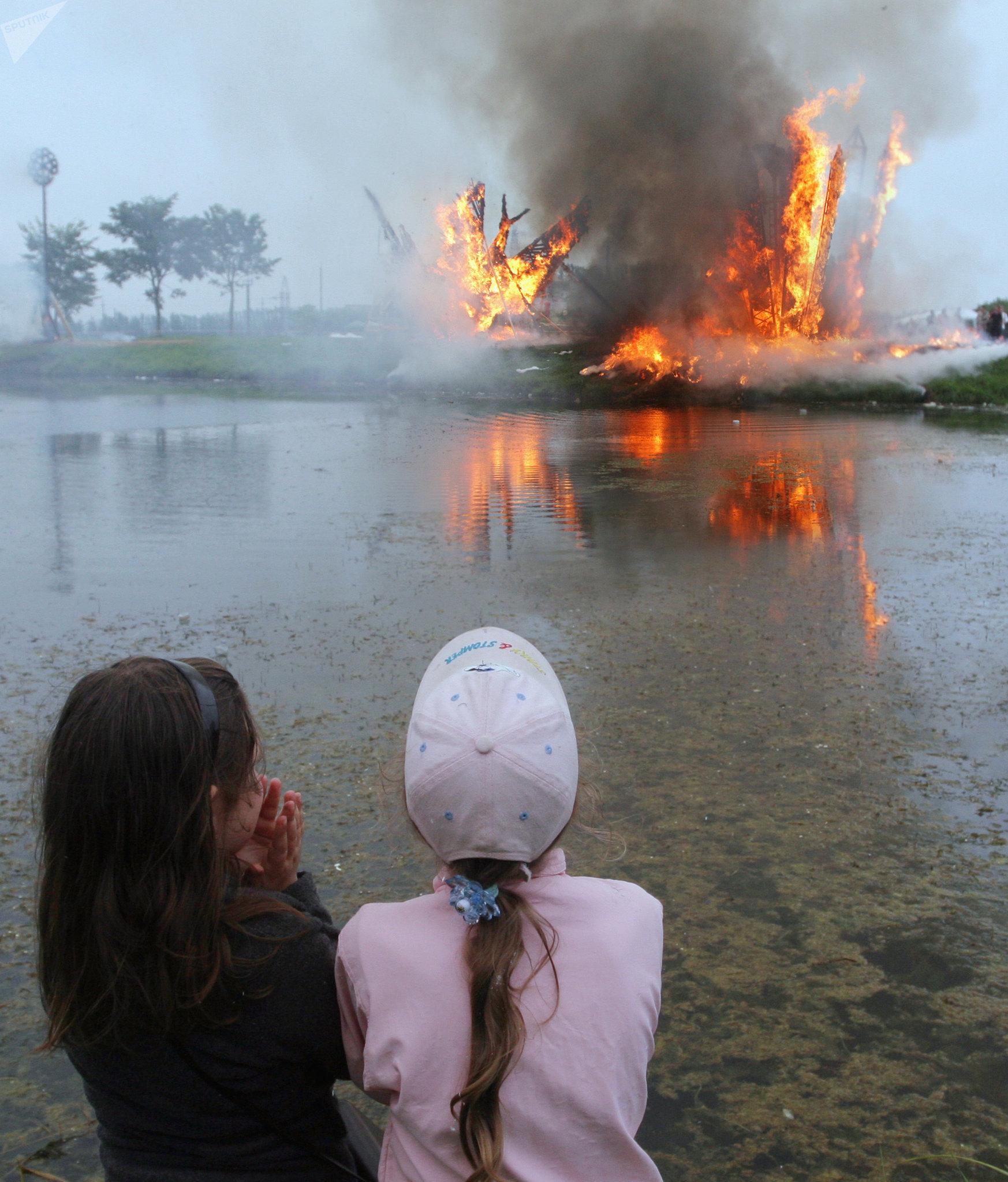 Международный фестиваль огненной соломенной скульптуры, приуроченный к Медовому Спасу