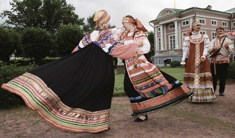Фольклорный ансамбль Ладанка выступает на праздновании Медового спаса