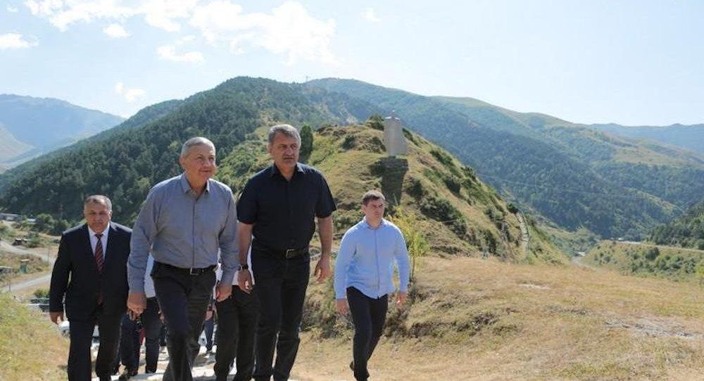 Анатолий Бибилов и Вячеслав Битаров в селении Нар
