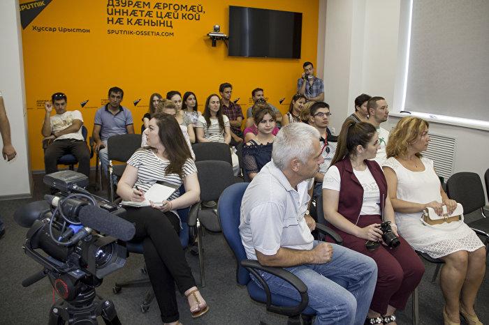 Участники этнолагеря Аланский след в пресс-центре Sputnik Южная Осетия
