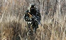Военнослужащий с винтовкой Винторез