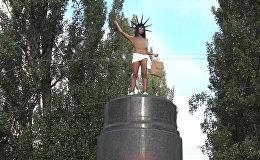 В Киеве активистка Femen бросалась конфетами Roshen с памятника Ленину