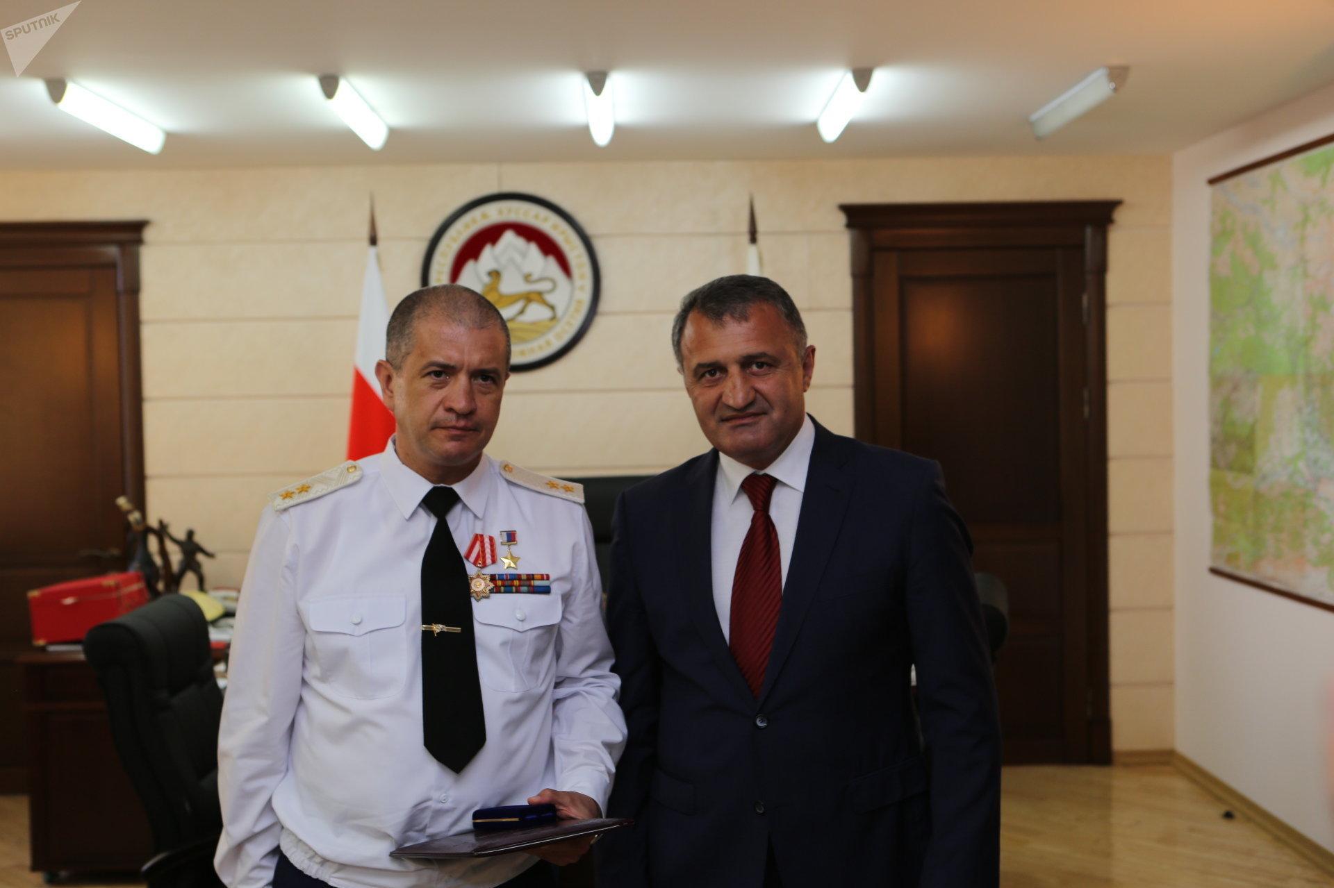 Анатолий Бибилов наградил Орденом Уацамонга Сергея Кобылаша