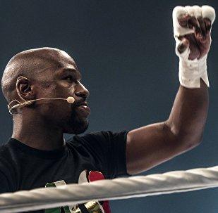 Боксер Флойд Мейвезер провел массовую открытую тренировку в Москве