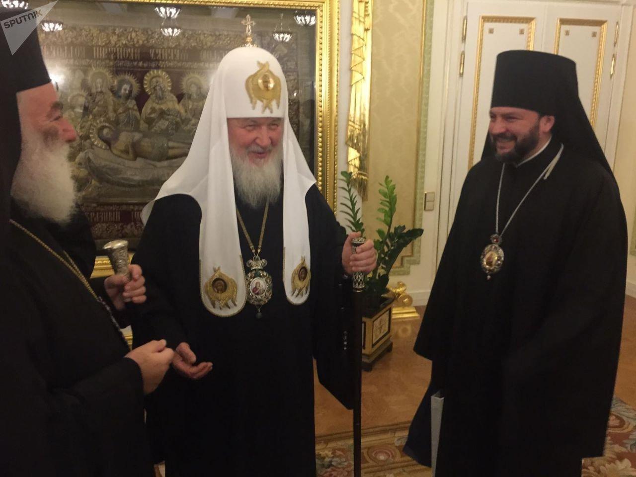 С Патриархом Московским и всея Руси Кириллом и Патриархом Александрийским и всея Африки Феодором II.